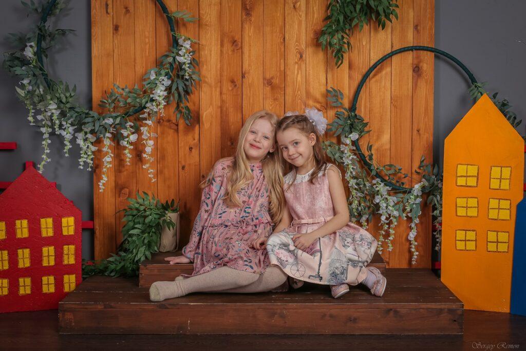 Групповое фото детей в фотозоне